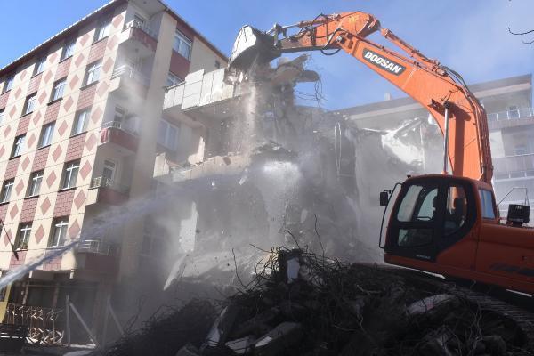 Bahçelievler'de 3 bina daha yıkıldı