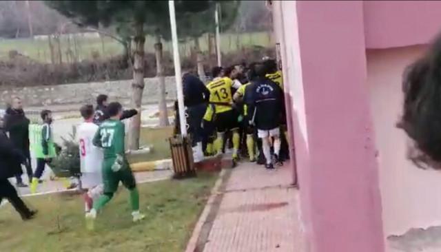 Futbolcuların tekme tokat kavgası, amatör maçı tatil ettirdi