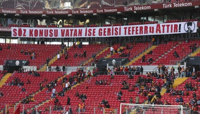 Galatasaray tribünleri İdlib şehitlerini unutmadı