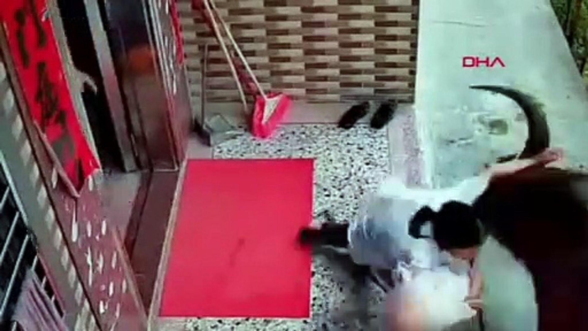 Çin'de bir anne ve bebeğine boğa saldırdı