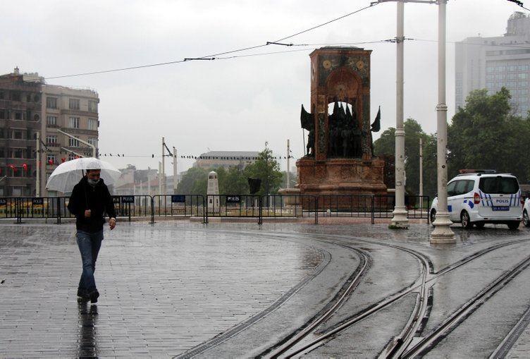 Taksim'de yağmura hazırlıksız yakalandılar