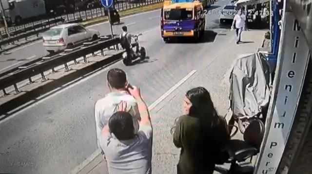 Taksim'de kapkaç dehşeti kamerada! Kulağındaki telefonu çaldılar