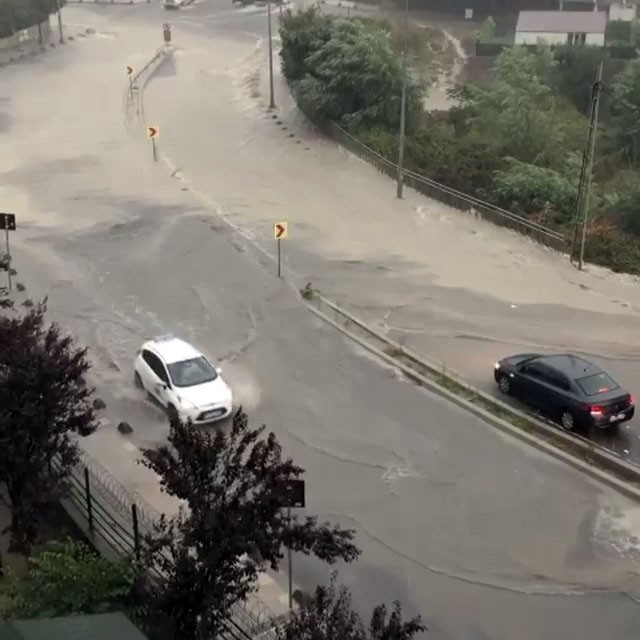 Arnavutköy'ü sağanak yağış vurdu
