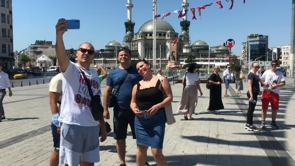Taksim'e gelen turist kafilesi tedbirlere uymadı