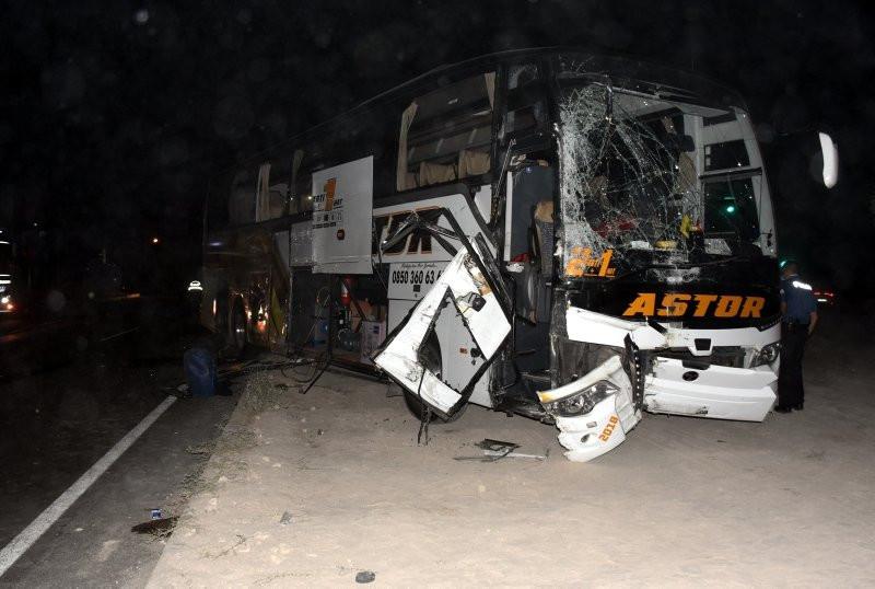 Yolcu otobüsü ile kamyon çarpıştı: Yaralılar var