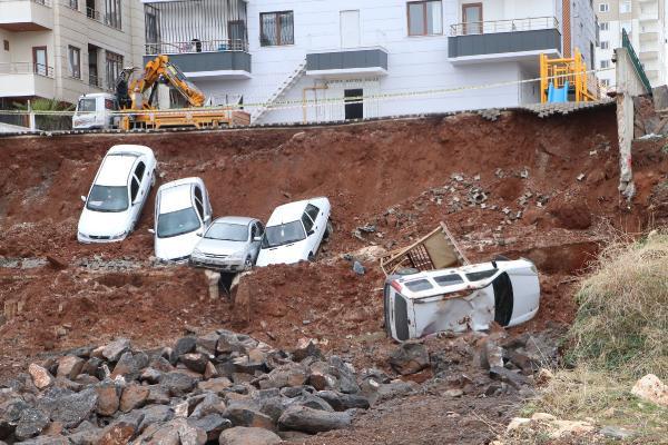 İstinat duvarı çöktü; araçlar çukura böyle düştü!
