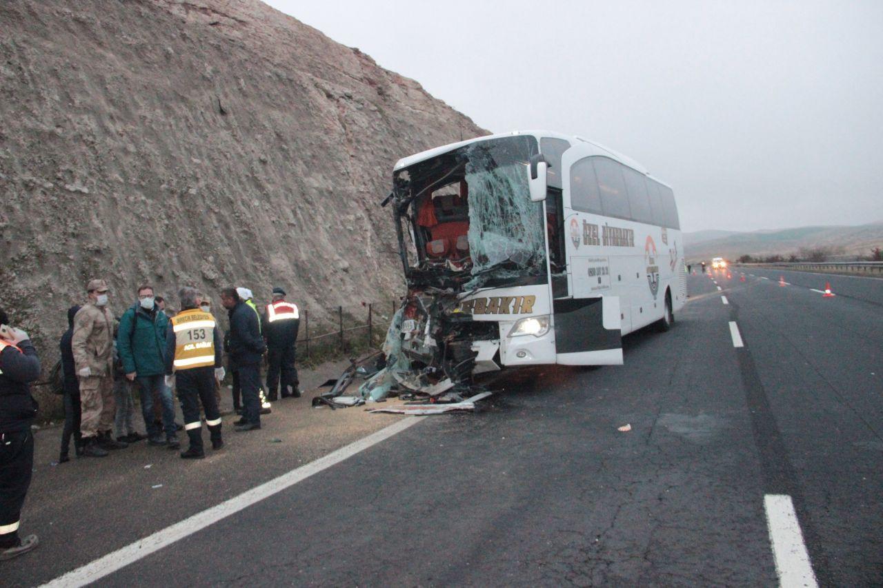 Yolcu otobüsü TIR'a çarptı: 3 ölü, 30 yaralı
