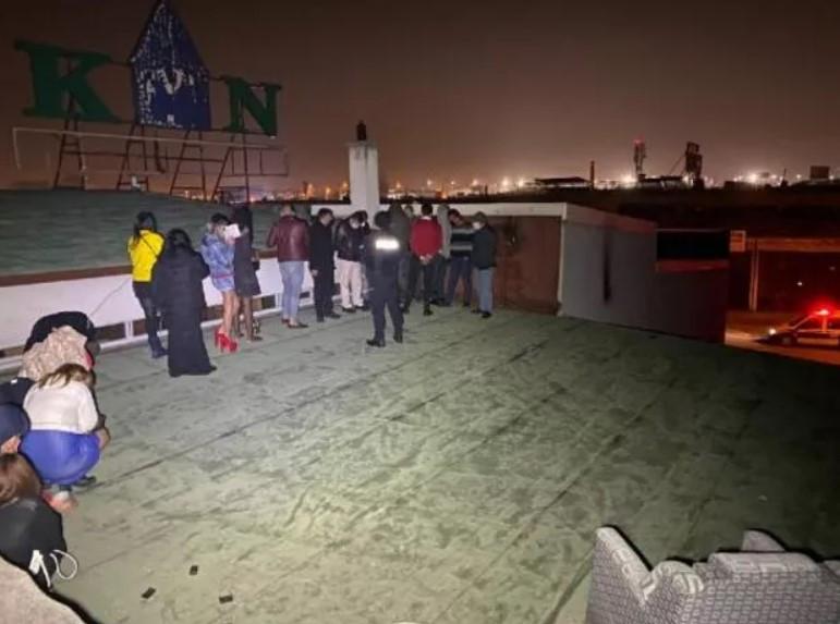 'Pes' dedirten görüntü! Binanın çatısında bu halde yakalandılar ile ilgili görsel sonucu